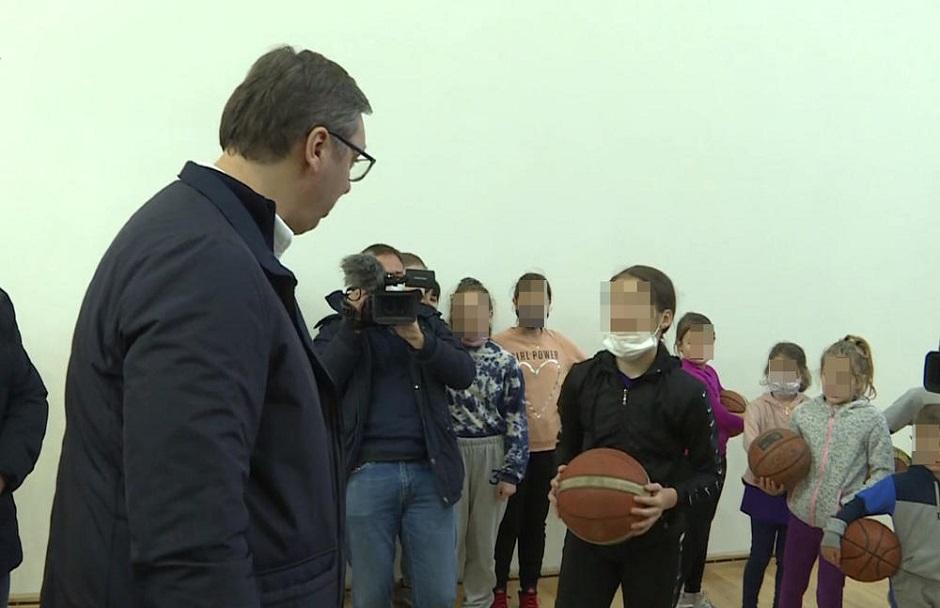 Vučić drži košarkaške lekcije deci iz Zaječara; FOTO: Pink/Printscreen
