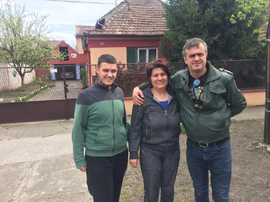 Podrška ispred porodične kuće: Sergej Trifunović sa Jovaninom mamom i bratom, Foto: Direktno.rs