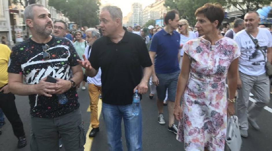Zoran Lutovac i Dragana Rakić sa narodom na protestima protiv Aleksandra Vučića