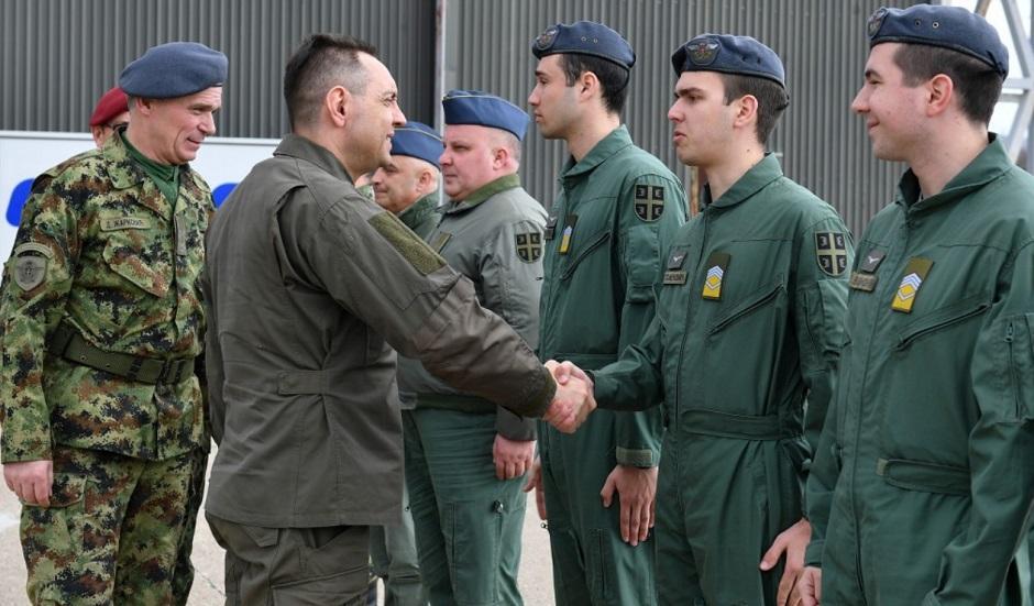 Budući piloti sa ministrom Vulinom FOTO: Ministarstvo odbrane