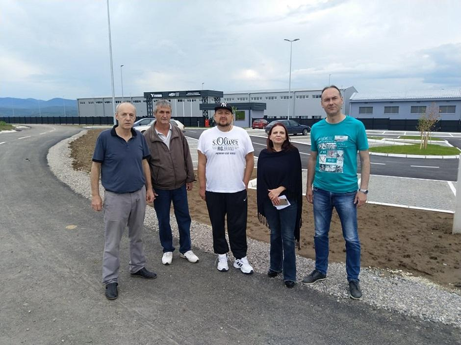 Okupljeni opozicionari ispred fabrike kod Kuršumlije FOTO: Direktno.rs
