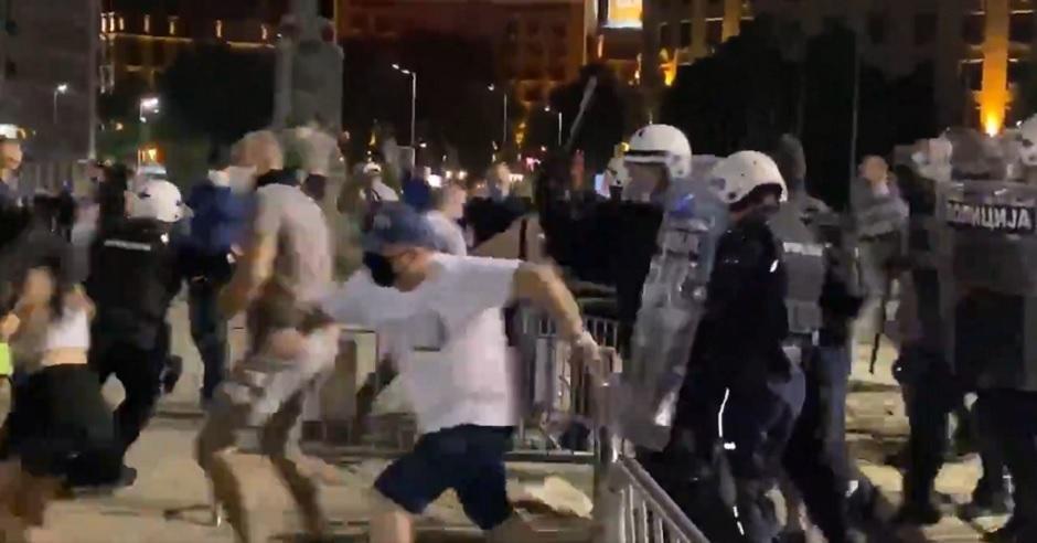 Policija nasrtala na ljude ispred Skupštine, Printscreen