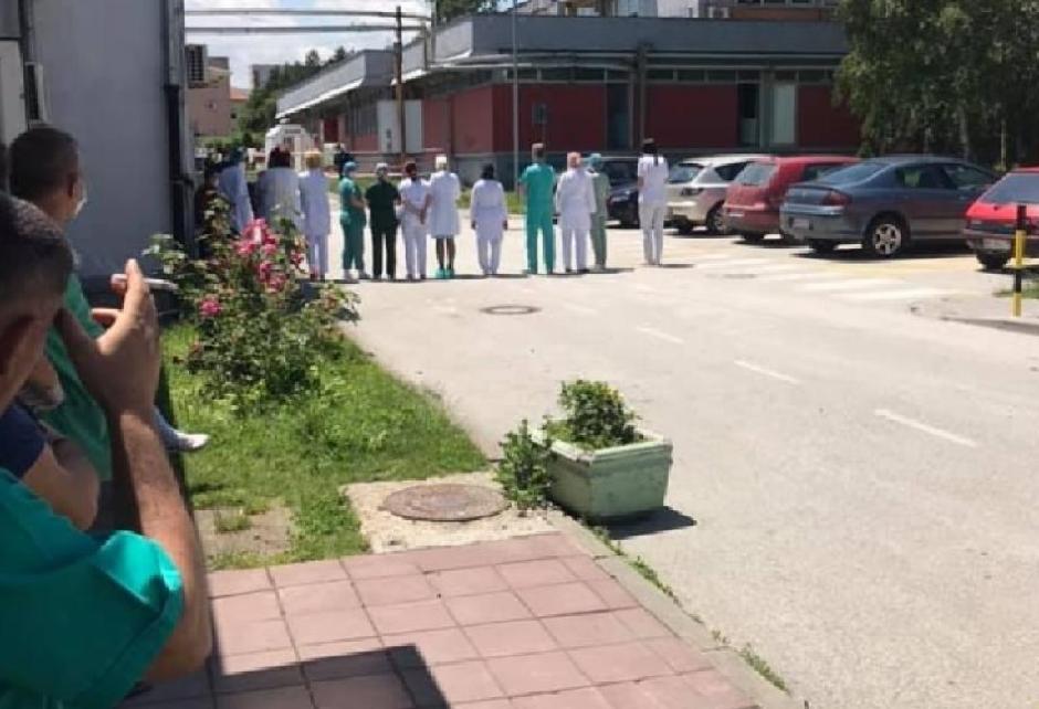 Doktori su okrenuli leđa Ani Brnabić i Zlatiboru Lončaru ispred bolnice u Novom Pazaru