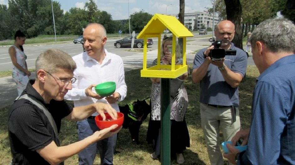 Dr Radojičić otvara kućice za vrapce, FOTO: Beoinfo