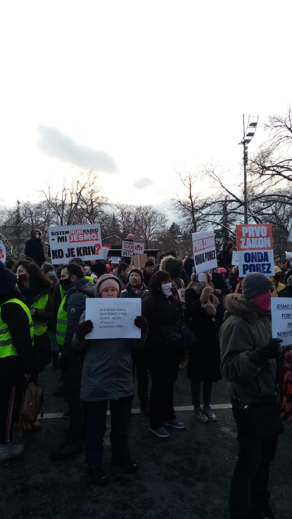 Veliki broj nezadovoljnih radnika n ainternetu se okupio ispred Skupštine Srbije FOTO: M. Radović