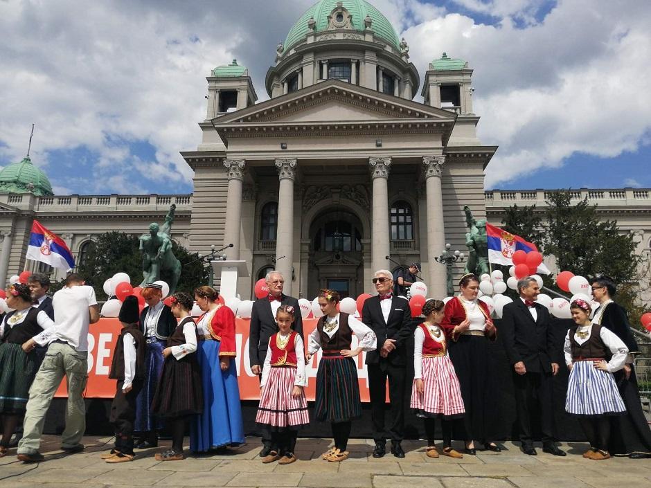 Dveri ispred Skupštine FOTO: Direktno.rs