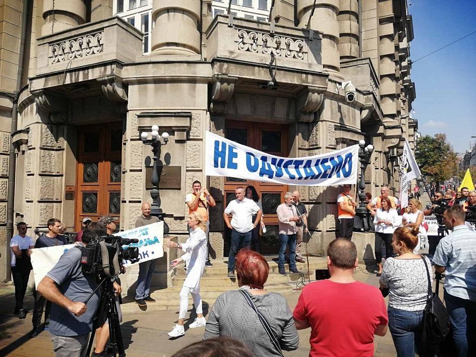 Prosvetari ispred Vlade FOTO: Direktno