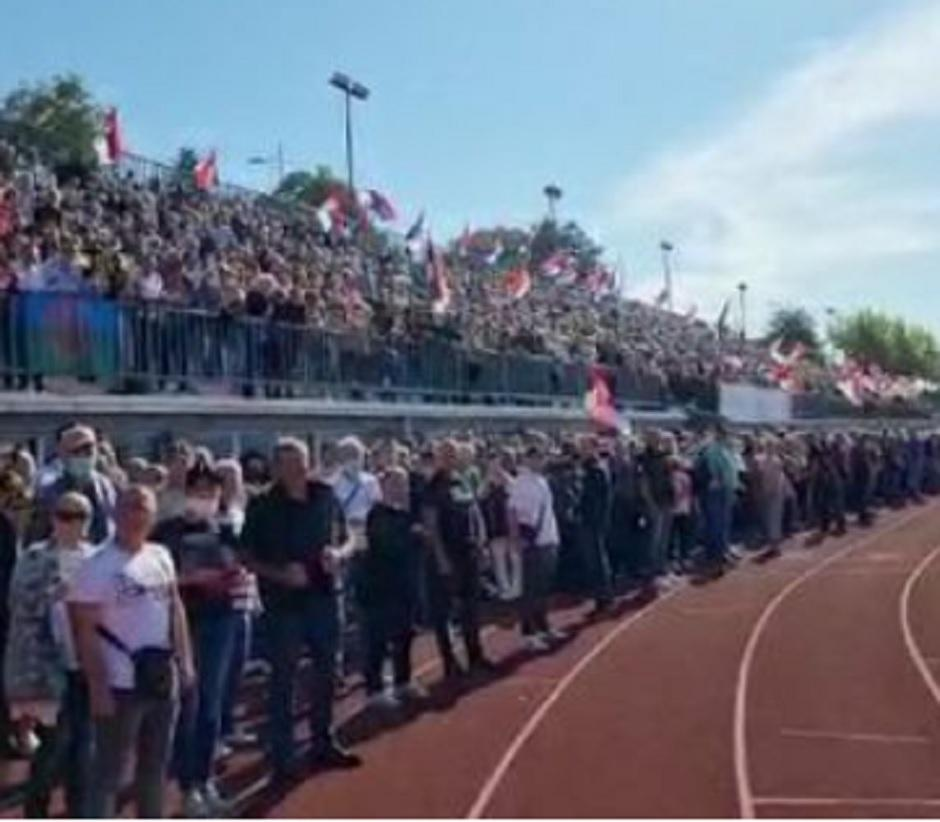 Okupljeni ljudi na stadionu u Kraljevu